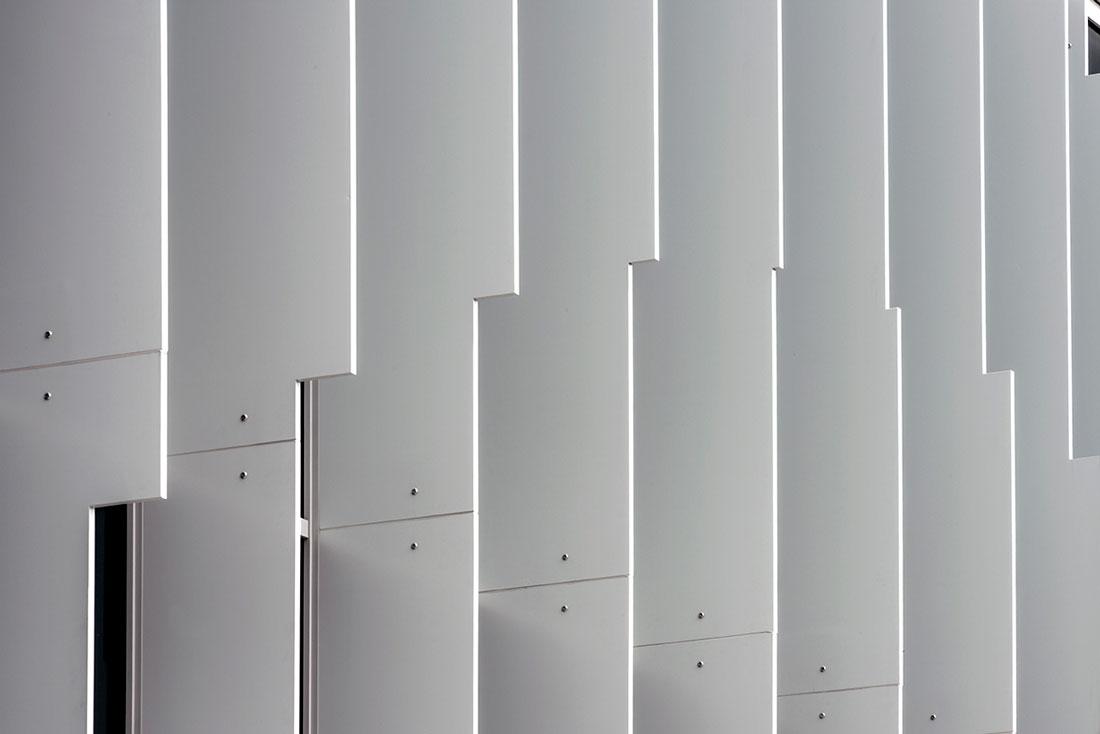 Un dettaglio della facciata metallica