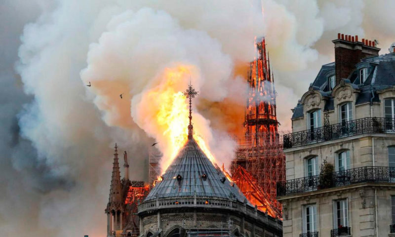 1555351751222.jpg--incendio_a_notre_dame__cattedrale_evacuata__turisti_in_fuga