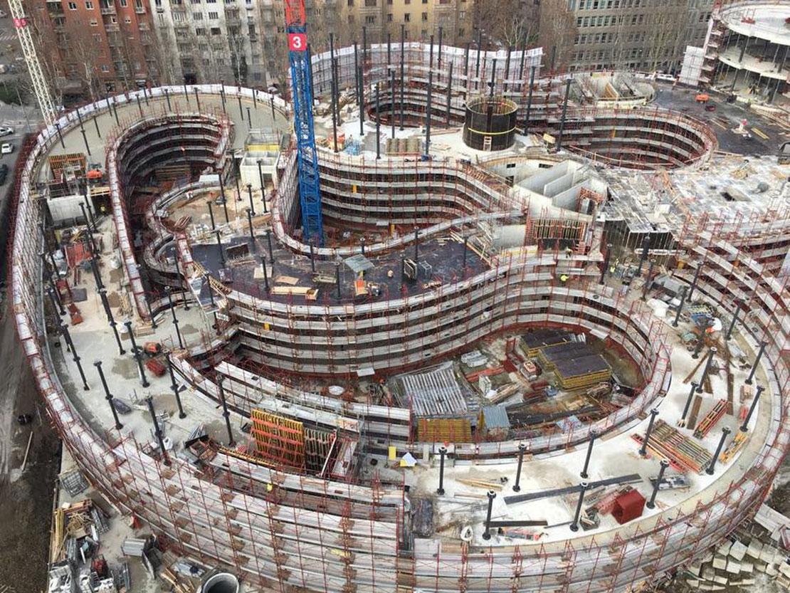 Una foto che mostra il processo di costruzione di uno degli edifici bassi che compongono il masterplan