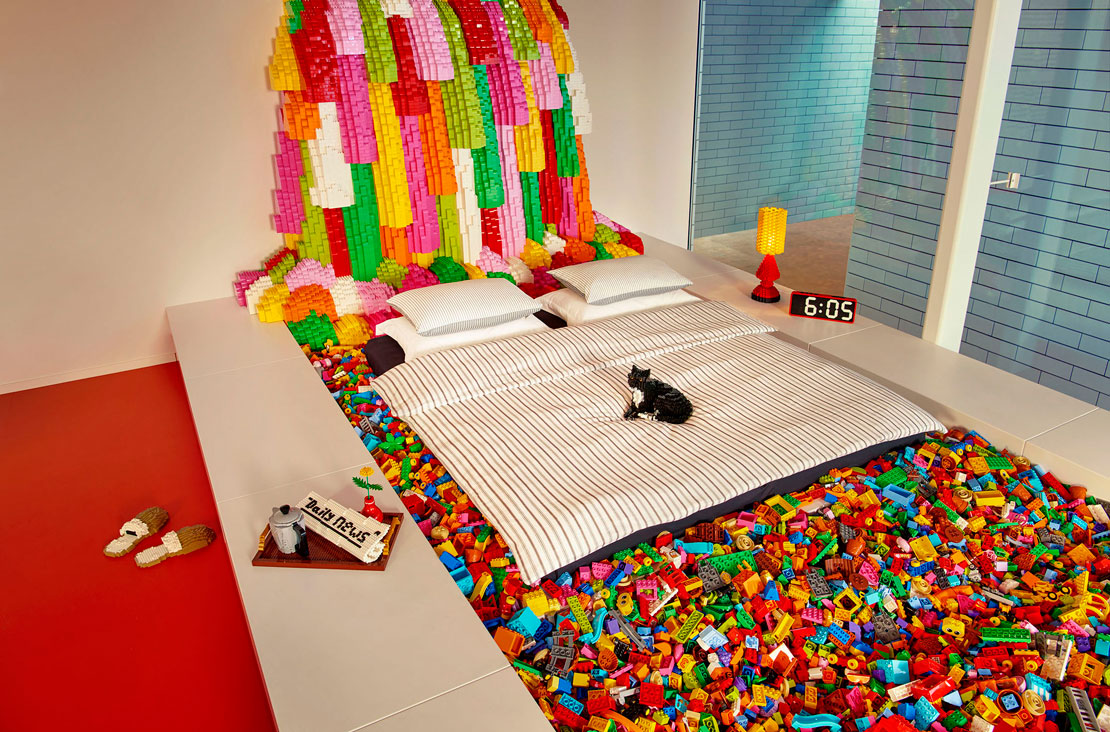 LEGO per ogni cosa. Il letto matrimoniale ha come testata una cascata di lego e poggia direttamente sui famosi mattoncini.