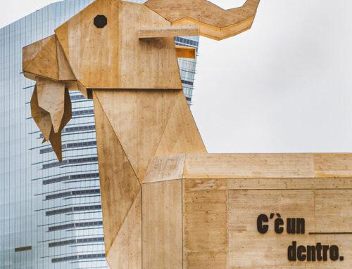 Piazza Gae Aulenti e il caprone di legno che ricorda il cavallo di Troia
