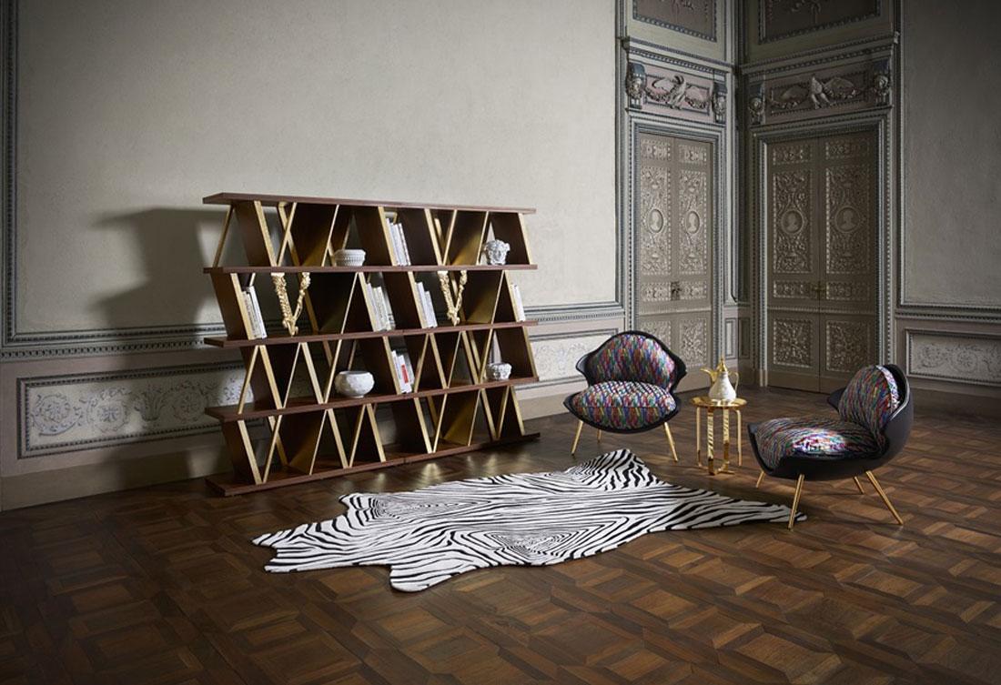La libreria della collezione Virtus, accompagnata dalle iconiche poltroncine