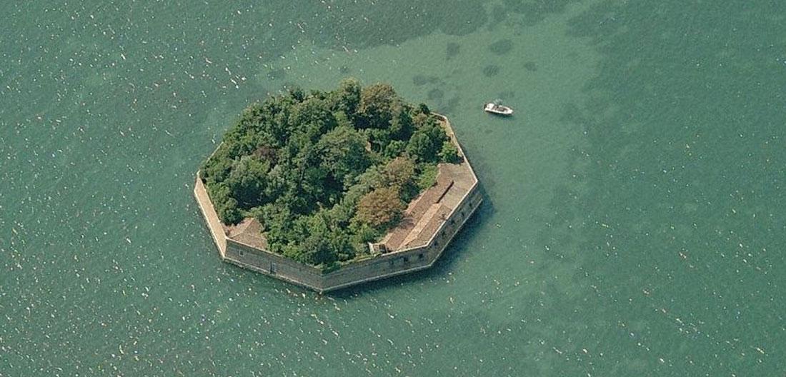L'Ottagono di Ca' Roman nella verde Laguna veneta