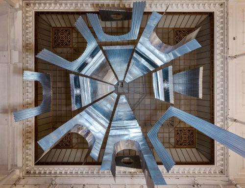 Aura: l'installazione sospesa che si ispira al Neoclassicismo italiano