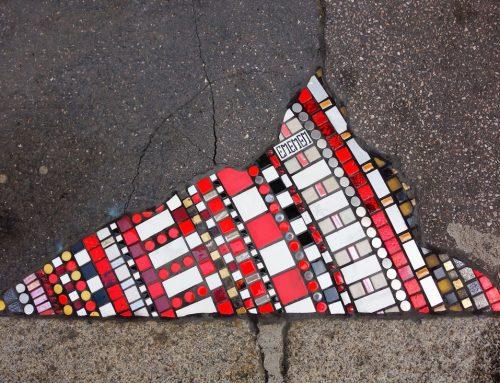 Ememem, l'artista sconosciuto che tappa le buche delle strade con opere d'arte