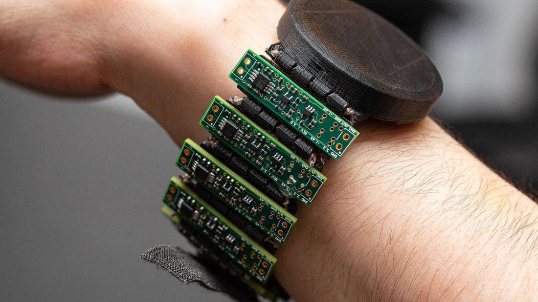 Un braccialetto che consente il controllo dei dispositivi come naturale estensione del movimento