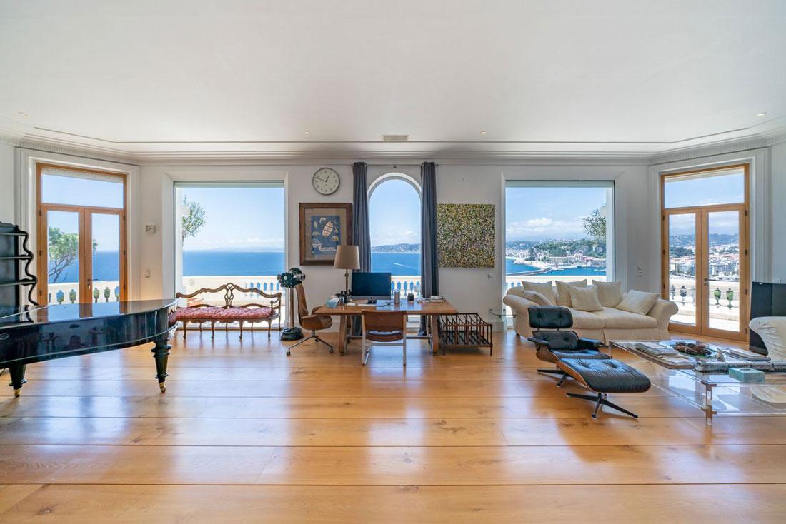 La camera da letto all'ultimo piano con terrazzo privato sul mare francese