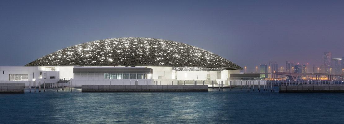 Vista dall'isola di Saadiyat del Louvre Abu Dhabi di Jean Nouvel