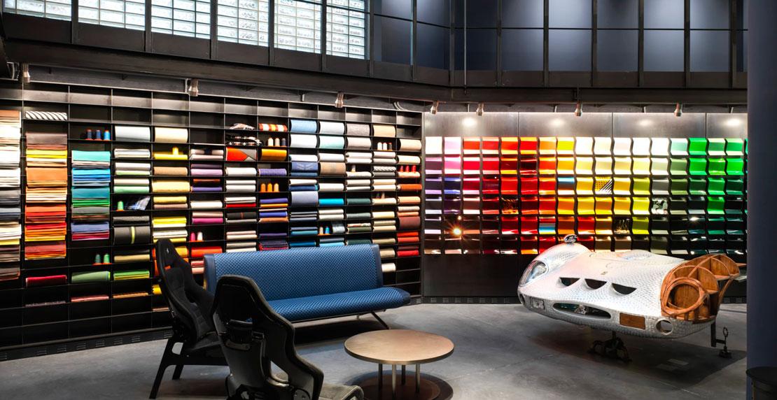 La materioteca, con tessuti, lamiere e pelli esposte che permettono di toccare con mano i materiali di Garage Italia.