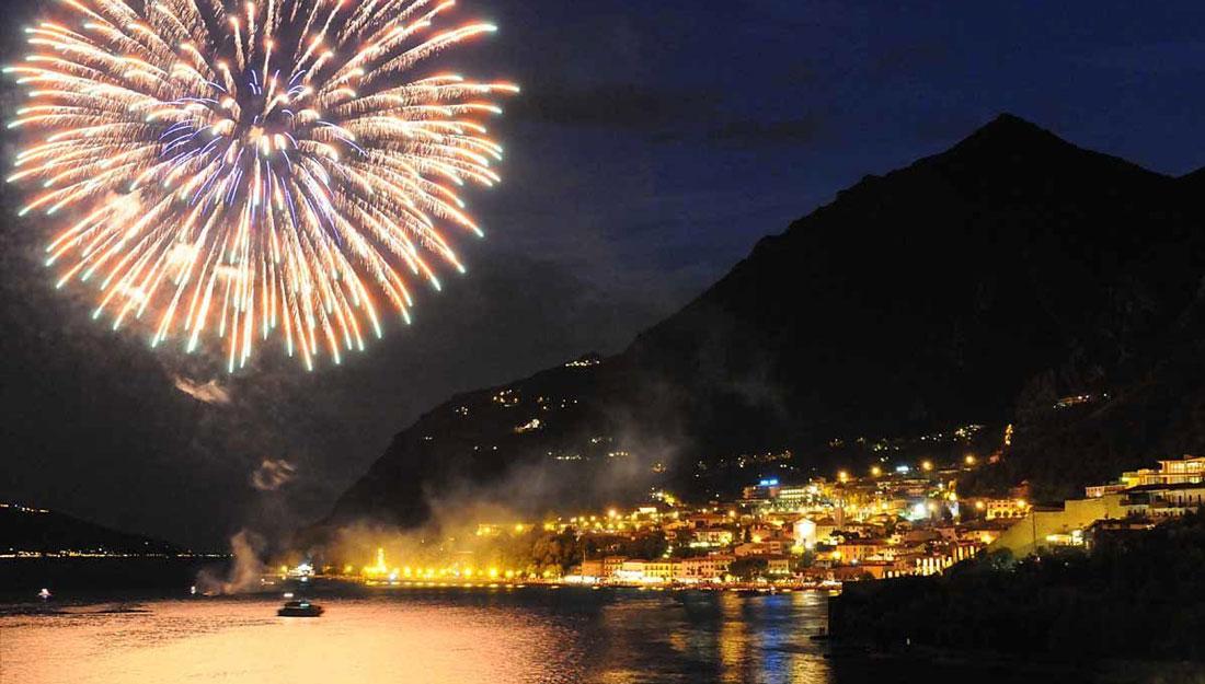 I fuochi d'artificio illuminano le sponde della bellissima Limone sul Garda
